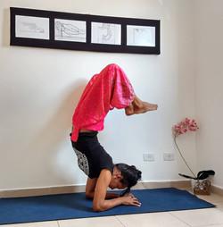Yoga com postura do Escorpião