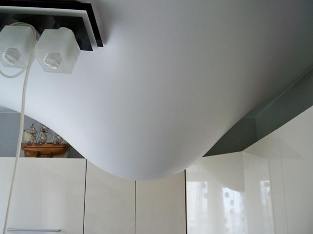натяжной потолок залило водой