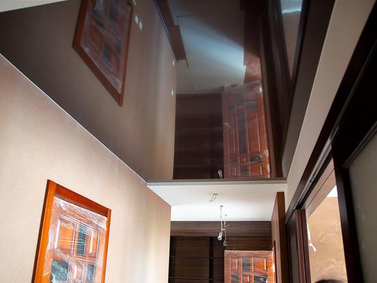 Натяжные потолки коричневые