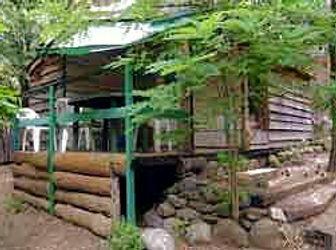 Chalet bois 4 personnes avec jardin privatif clôturé bord de rivière petit camping nature Cévennes.jpeg