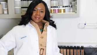 La chimiste Haitiano-américaine, Balanda Atis, à la tête du Laboratoire multiculturel L'Oréal.