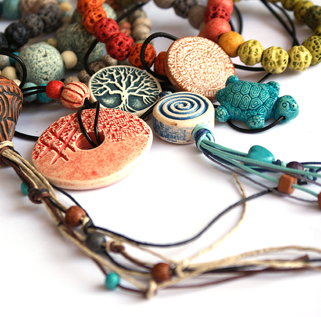 neclaces made with  a variety of beads and pendants  κολιέ από ποικιλία σχημάτων και χαντρών
