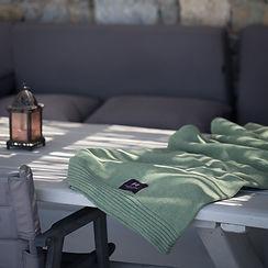 lamaisondelamaille-plaid-vert-laine-recyclee-terrasse.jpg