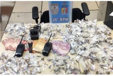Polícia Militar apreendeu 560 cápsulas de cocaína, maconha e rádios no Atilio Marotti