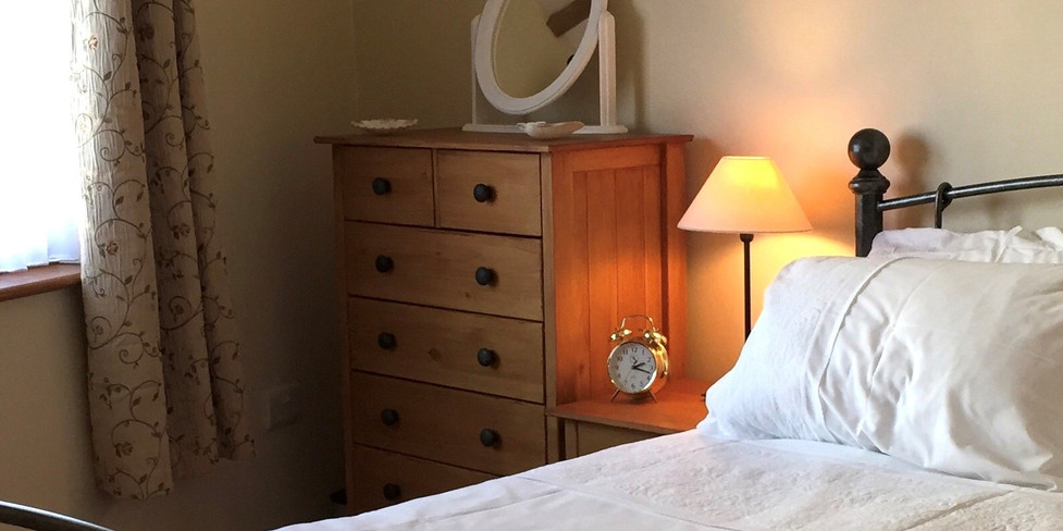 Corner Cottage: Double Bedroom