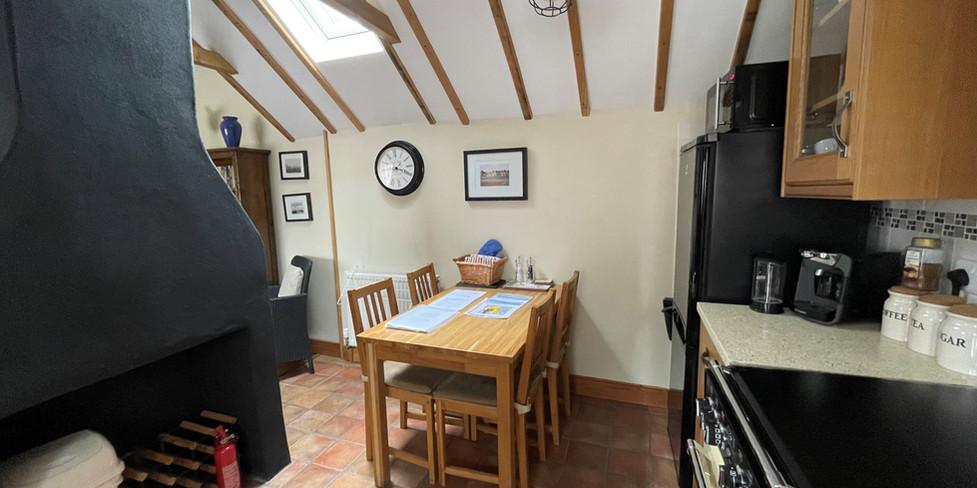Corner Cottage: Dining area & kitchen