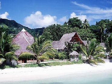 La Digue Island Lodge - Lovely thatched roof bugalows on beach