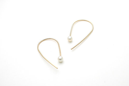 Minimalistic gold earrings with pearls