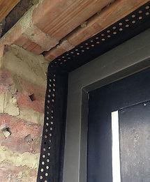 Windicht maken van de aansluiting van deuren met ruwbouw-metselwerk