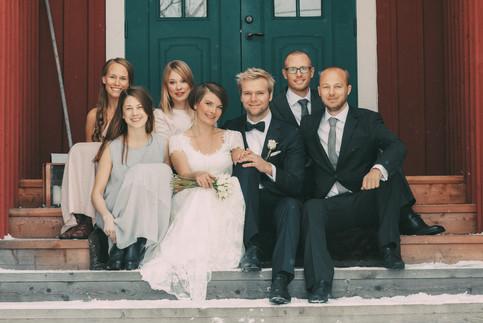 bröllopsfoto Västernorrland vänner trappa