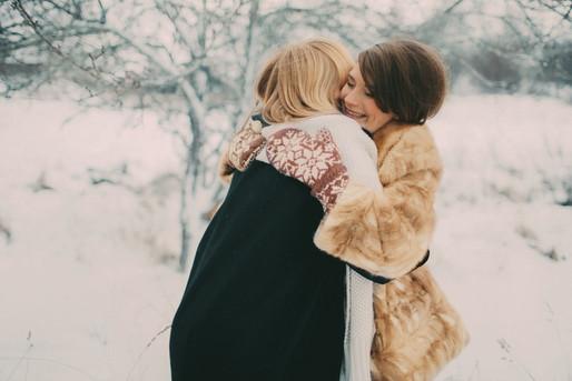 bröllopsfoto Västernorrland vänner kram