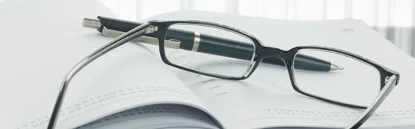 Stylo et lunettes