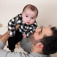 papa avec son bébé garçon dans les bras