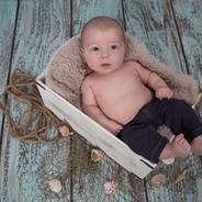 photo d'un bébé garçon dans une boite en bois