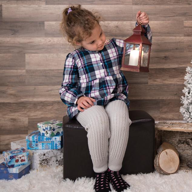 petite fille qui tient une lanterne de Noël