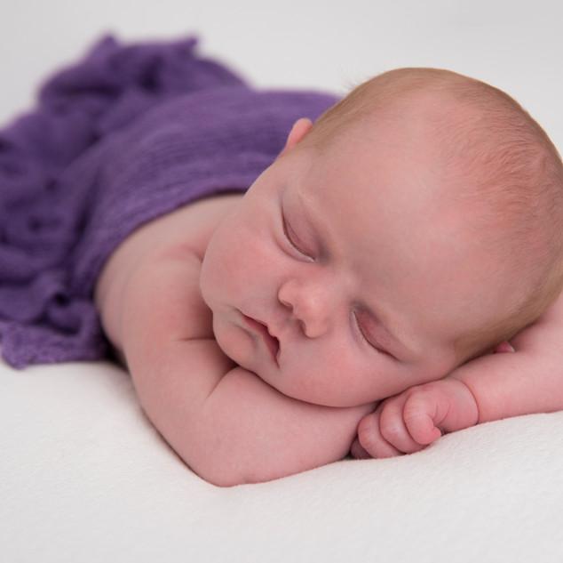 nouveau-né couché bras croisé