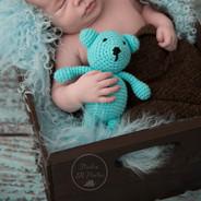 nouveau-né avec un ourson bleu