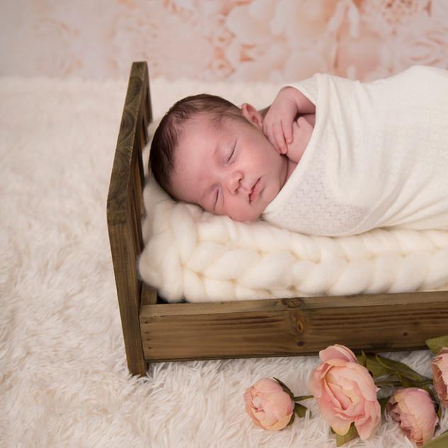 nouveau-né endormi dans petit lit
