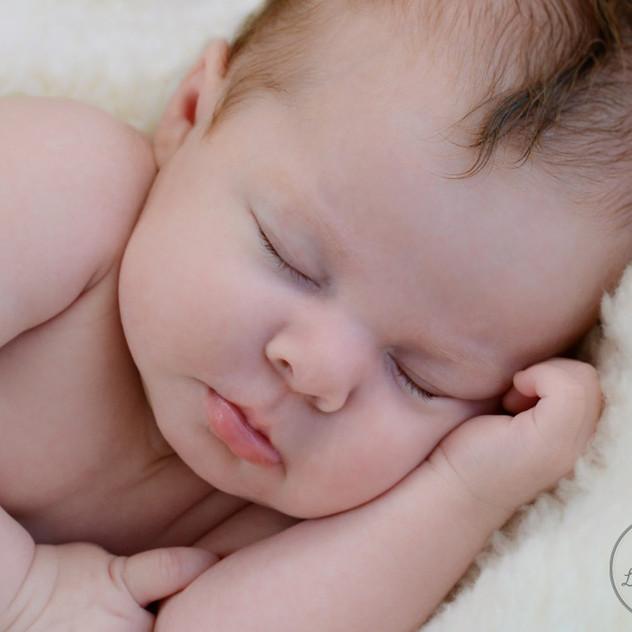 bébé d'un mois endormi