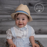 image d'un petit garçon avec un chapeau de paille