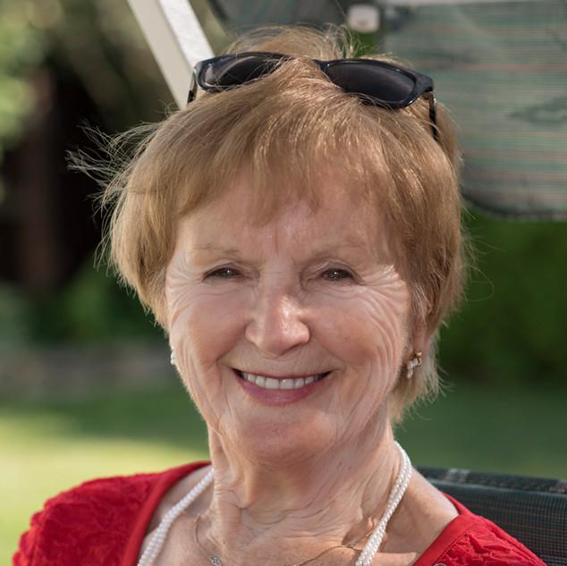 portrait exterieur femme de 70 ans