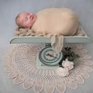 Nouveau-né endormi sur une balance