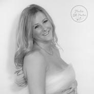 portrait maternité avec voile blanc sur le ventre
