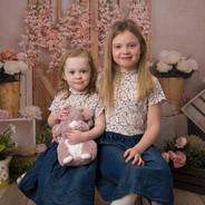 portrait de 2 petites filles sur fond printannier
