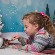 photo en studio fillette avec ourson sur traineau