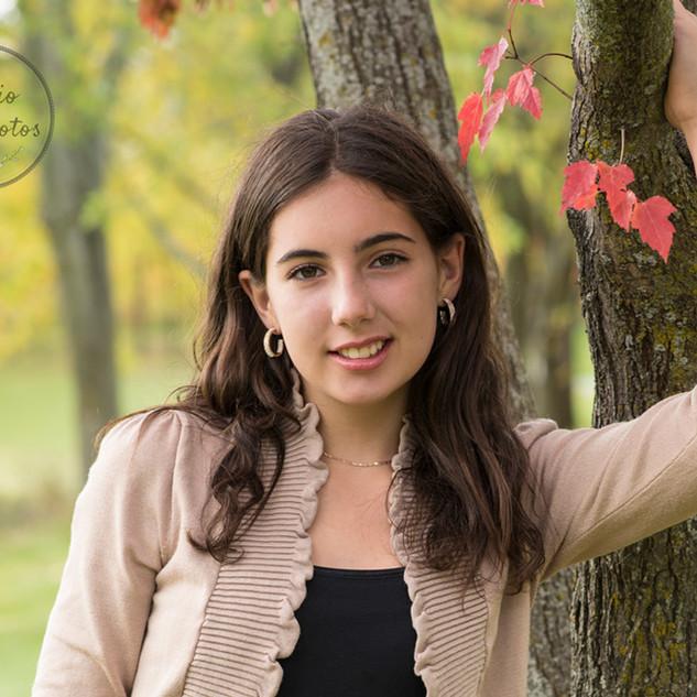 Portrait en extérieur d'une adolescente