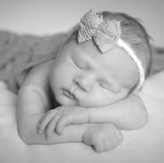 photo de nouveau-né en noir et blanc
