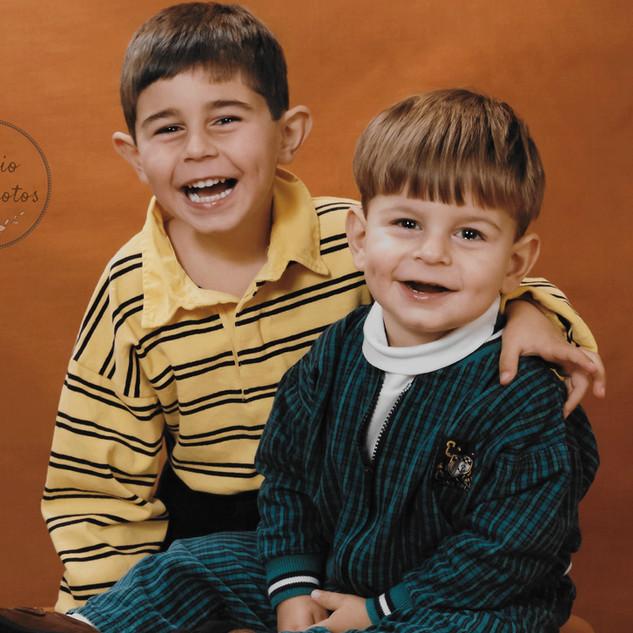 photo de deux frères sur fond doré