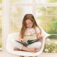petite fille regarde un livre en studio