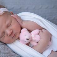 nouveau-né avec petit toutou rose