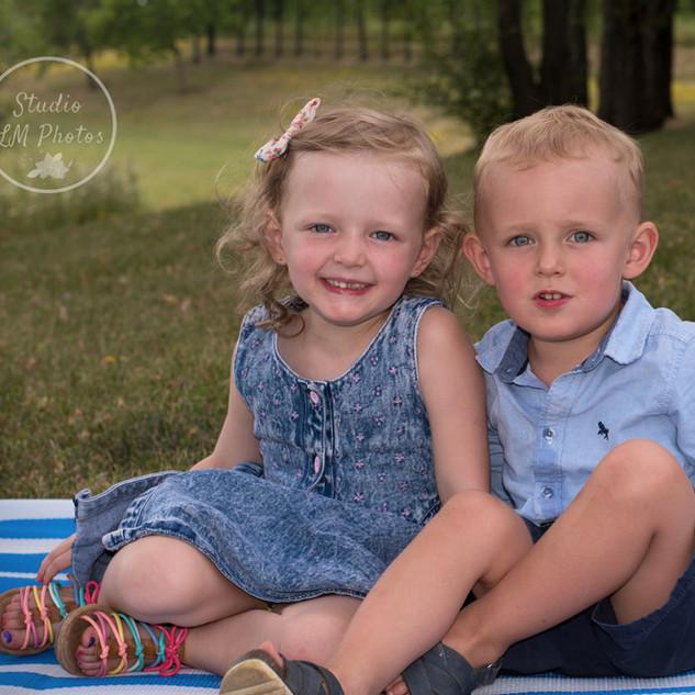 portrait en extérieur de 2 frère et soeur assis