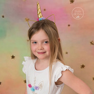 petite fille avec robe de licorne