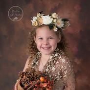photo studio d'une enfant avec fond abstrait