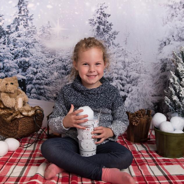 petite fille en studio dans décor d'hiver