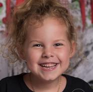 petite fille qui rit durant séance photo