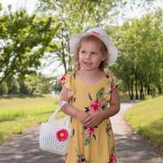 photographie d'une fillette dans un bel environnement en été