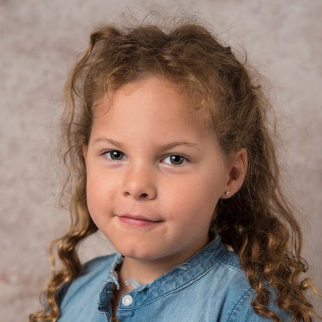 portrait d'une petite fille devant fond abstrait
