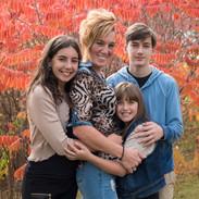 portrait de famille dans un paysage d'automne