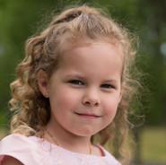 portrait en extérieur d'une fillette de 4 ans