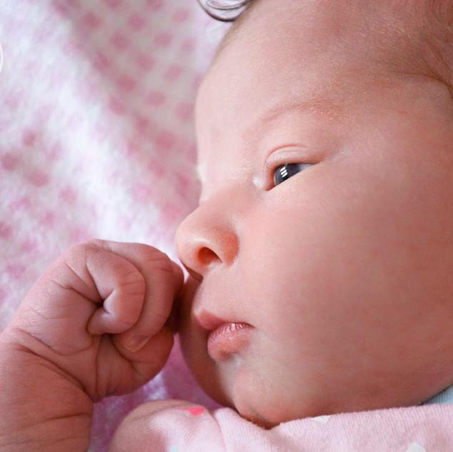 nouveau-né qui regarde vers la fenêtre