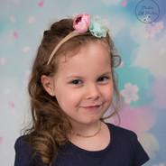 photo petite fille sur fond couleurs pastels
