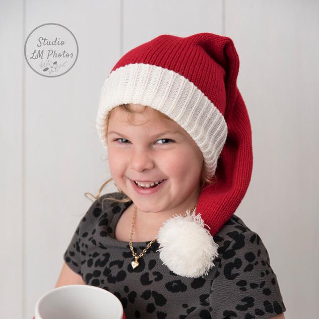 petite fille avec une tuque de Noël