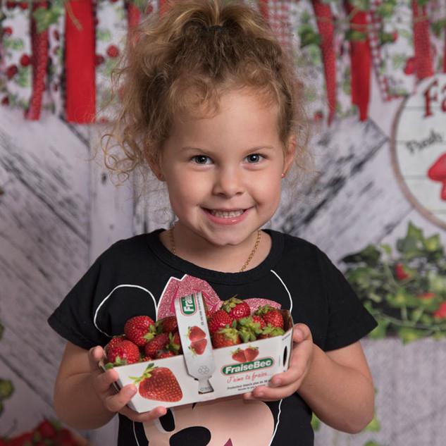 photo d'une enfant dans un décor avec fraises