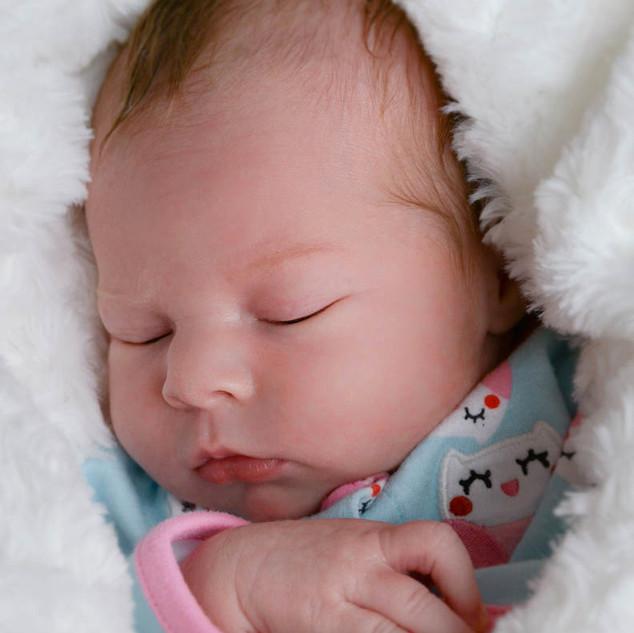 petite fille d'une semaine endormie dans sa doudou