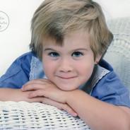 photo d'une petite fille de 4 ans sur chaise en rotin
