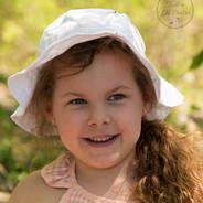petite fille portant un chapeau blanc